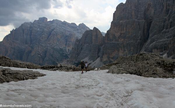 Kitas sniegu padengtas ruožas, esantis netoli tako aukščio, esančio 9000 pėdų.