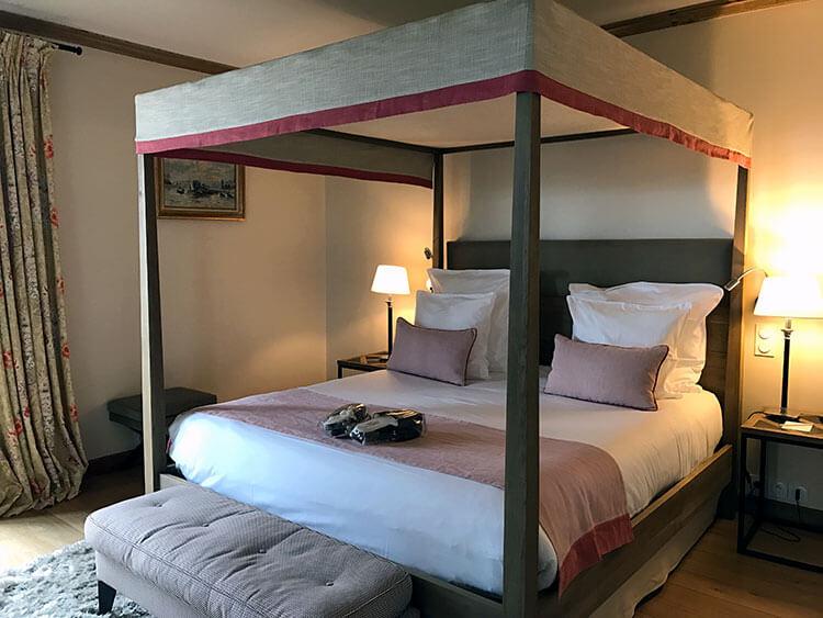 A guest room in La Ferme Saint Simeon