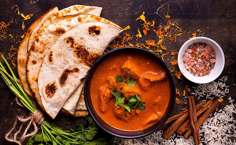 Indian chicken curry with pita bread at Sakalan at Al Baleed Resort by Anantara